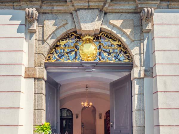 Doppelflügeltür am Haupteingang mit goldverziertem Oberlicht
