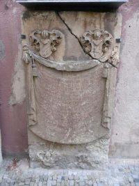 historischer Stein mit Verzierungen und Inschrift