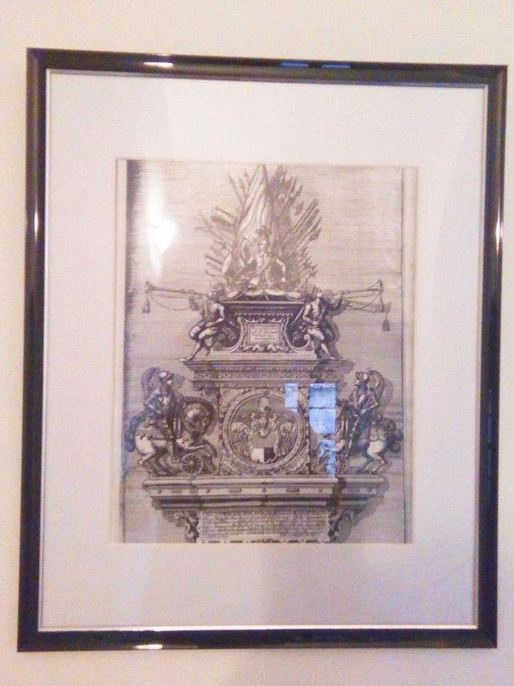 Wappenmonument auf unterbelichtetem Foto
