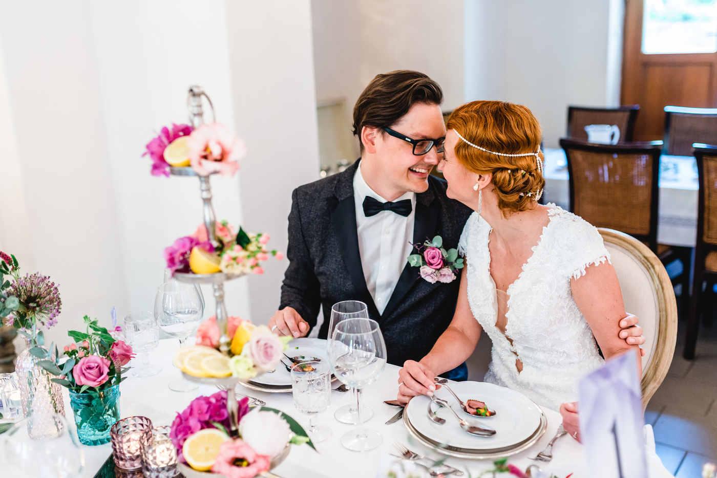 Hochzeitspaar im Oldtimer